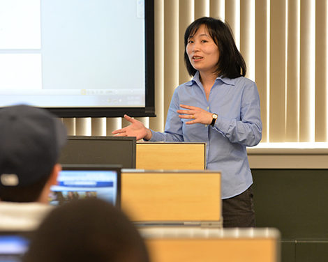 Yingying Shao teaches a class in the finance lab