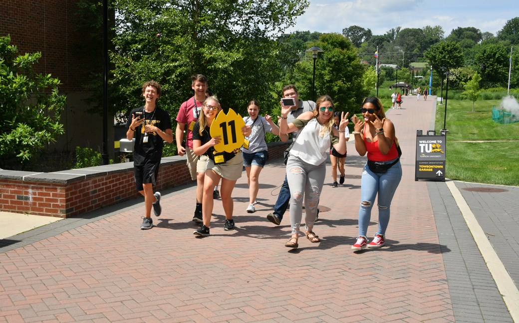 Students walk around campus as part of New Student Orientation