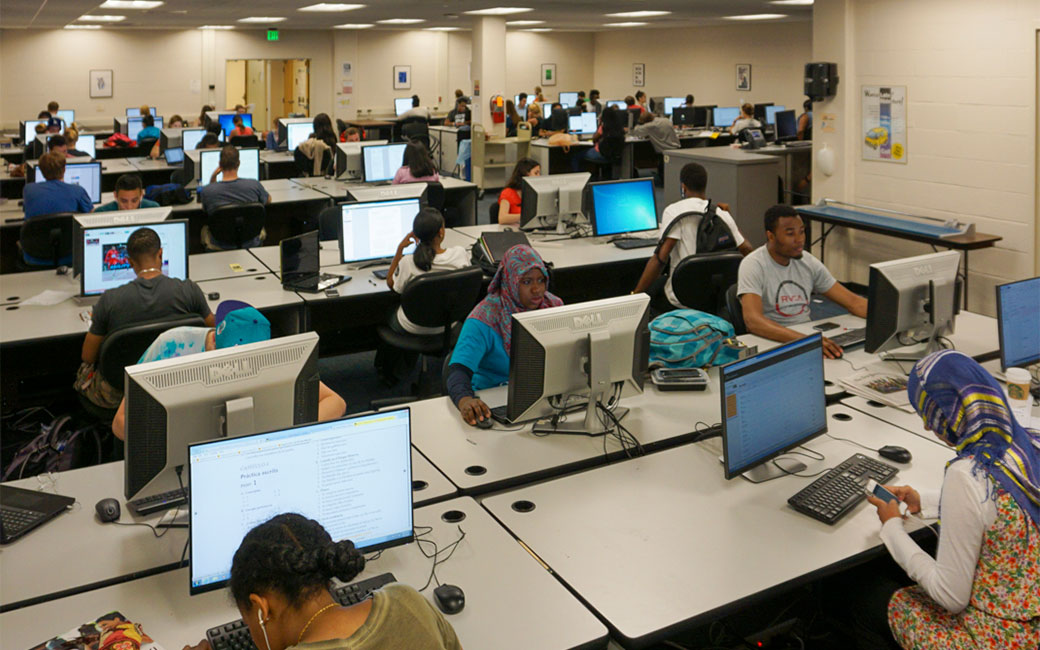 Wide shot of SCS Computer Lab in Cook Library